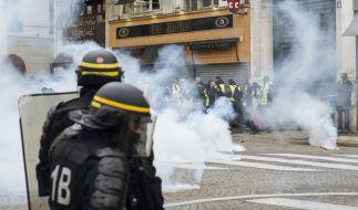 Die französische Polizei geht mit Tränengas gegen Demonstranten vor. (Symbolbild) (Foto)