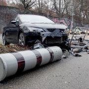 Autofahrer mäht Blitzersäulen nieder (Foto)