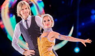 """Annette Dytrt steht bei """"Dancing on Ice"""" mit John Kelly vor der Kamera. (Foto)"""