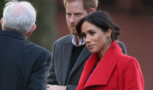 Herzogin Meghan und Prinz Harry (M) kommen zur Enthüllung einer Skulptur am Hamilton Square.