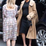 Die britische Herzogin Meghan (r) kommt zu ihrem Besuch bei der Einrichtung