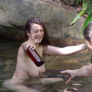 Beim Bad unterm Dschungel-Wasserfall geizte sie nicht mit ihren Reizen.