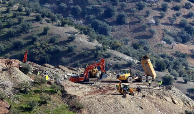 Der Bau der Tunnel, die direkt an das Ende des Brunnenschachts führen sollen, wo der zweijährige Julen vermutet wird, habe sich daher stark verzögert, sagte García Vidal als Sprecher der Rettungsteams vor Dutzenden Journalisten.