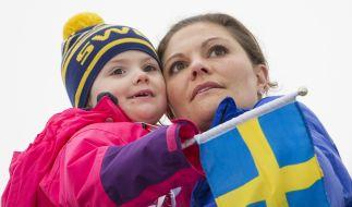 Kronprinzessin Victoria von Schweden hält ihre Tochter Estelle (6) im Arm. (Foto)