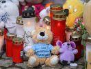 Kerzen und Plüschtiere stehen vor dem Eingang des Hauses, wo am 12.01.2019 eine Sechsjährige ums Leben kam. (Foto)