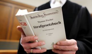 Vor dem Kölner Landgericht muss sich ein 84-Jähriger verantworten - dem Senior wird vorgeworfen, seine an Demenz erkrankte Ehefrau umgebracht zu haben (Symbolbild). (Foto)