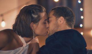 """In Folge 4 von """"Der Bachelor"""" gibt's den ersten Kuss der Staffel zwischen Kandidatin Jenny und Rosenkavalier Andrej. Alle Episoden von """"Der Bachelor"""" bei TVNOW (Foto)"""