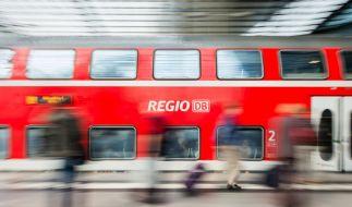 Im nordfriesischen Langenhorn kracht eine Regionalbahn in einen PKW und schleift ihn 300 Meter weit mit. (Symbolbild) (Foto)