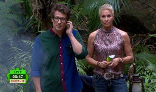 Sonja Zietlow und Daniel Hartwich verkünden den Kandidaten, dassauf Grund von Serverproblemen an Tag 14 keiner den Dschungel verlassen muss. (Foto)