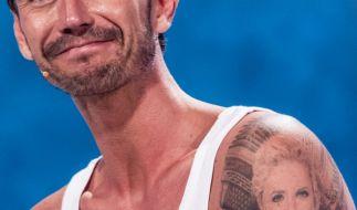 Florian Silbereisen trägt Ex-Freundin Helene Fischer auf dem Arm. (Foto)