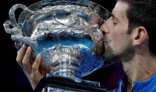Der Tennis-Weltranglisten-Erste Novak Djokovic hat mit einem Finalsieg über Rafael Nadal zum siebten Mal die Australian Open gewonnen. (Foto)