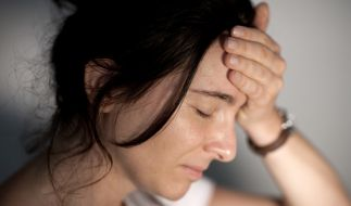 Eine Migräneattacke beschert Betroffenen nicht nur unerträgliche Kopfschmerzen, sondern geht oft auch mit Übelkeit, Erbrechen oder Licht- und Geräuschempfindlichkeit einher. (Foto)