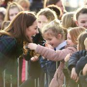 Grapsch-Attacke auf die Herzogin! Fan befummelt Kate (Foto)