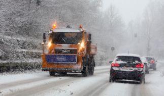 Ein Streufahrzeug befährt eine verschneite Strasse bei Aachen. (Foto)