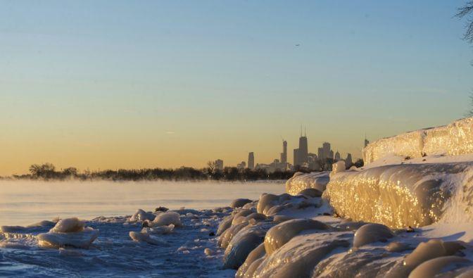 Das Ufer des Sees in Chicago ist zugefroren. (Foto)