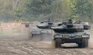 Zwei Kampfpanzer Leopard 2 rollen (noch) über den Truppenübungsplatz Munster. (Foto)