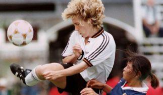 Heidi Mohr im Zweikampf mit der Japanerin Maki Haneta beim olympischen Fußballturnier 1996 im Legion Field. (Foto)