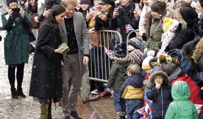 Prinz Harry und seine Frau, Herzogin Meghan, begrüßen Kinder und Fans bei ihrer Ankunft vor dem Old Vic Theatre in Bristol.