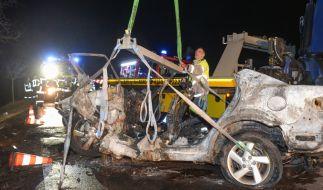 Bei einem Autounfall auf einer Landstraße bei Köthen (Sachsen-Anhalt) sind drei Menschen, darunter ein Kind, verbrannt. Ein Säugling wurde aus dem Wrack gerettet. (Foto)