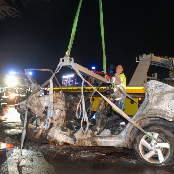 Baby aus Autowrack gerettet - 3 Menschen bei Feuer-Unfall verbrannt (Foto)