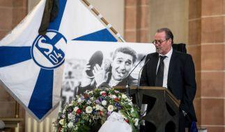 Der ehemalige Schalke-Trainer Huub Stevens spricht bei der Gedenkfeier. (Foto)