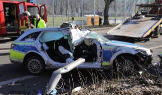 Eine Polizistin wird bei einem Unfall in Saarbrücken tödlich verletzt - Die Überreste des Unfallwagens. (Foto)