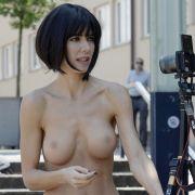 Pikantes Video! HIER besucht sie nackt ein Museum (Foto)