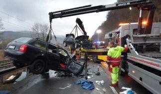 Im Kreis Olpe (NRW) sind drei Menschen bei einem schweren Autounfall getötet worden. Eine Person wurde schwerverletzt ins Krankenhaus gebracht. (Foto)