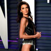 Kendall Jenner erlaubte tiefe Einsichten auf der Vanity Fair Oscar Party.