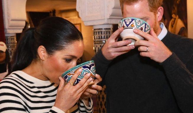 Prinz Harry und seine Frau Meghan, Herzogin von Sussex, trinken in einer Kochschule in der Villa des Ambassadors in Rabat.