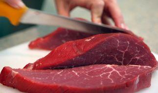 Ein Wissenschaftler des Deutschen Krebsforschungszentrums (DKFZ) sieht mögliche Gefahren durch eine bestimmte Klasse von Erregern in Rindfleisch und Kuhmilch. (Foto)