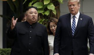 Kim Jong Un (l), Machthaber von Nordkorea, und Donald Trump, Präsident der USA, während ihres Treffens in Hanoi. (Foto)