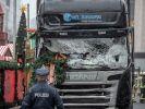 Ein Polizist steht vor dem Tatfahrzeug, einem polnischer Lastwagen, am Weihnachtsmarkt am Breitscheidplatz nachdem der Attentäter Anis Amri mit dem Fahrzeug über den Platz gerast war. (Foto)