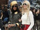 Die Models Claudia Schiffer und Naomi Campbell zu Gast bei der Paris Fashion Week desModelabels Chanel. (Foto)