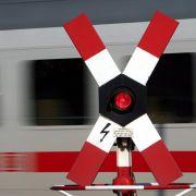Schranken missachtet! Radlerin (23) am Bahngleis von IC erfasst (Foto)