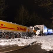 Auto entflammt in Benzinlache, doch der Fahrer verhindert die Katastrophe (Foto)