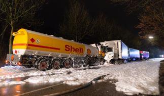 Nach dem Zusammenprall eines Tanklasters mit einem Lastwagen haben sich in Hamburg große Mengen Benzin über eine Straße ergossen. (Foto)