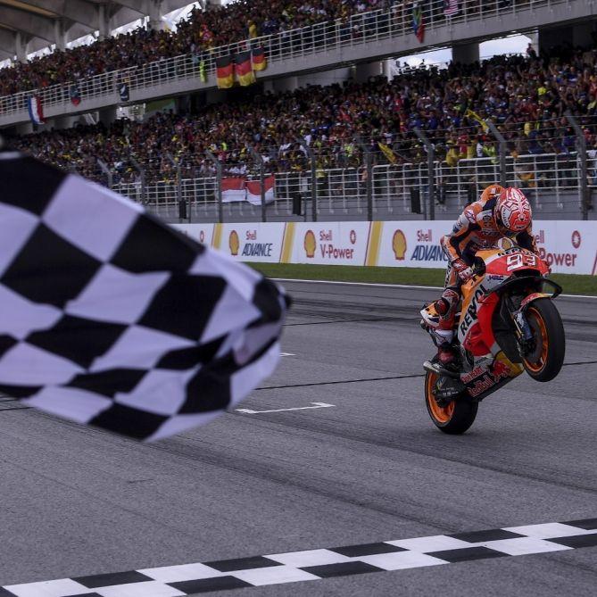 Massensturz in Valencia!MotoGP endet mit Sieg für Marquez (Foto)