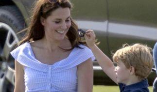 Kate Middleton, hier mit ihrem Ältesten Prinz George, geht in ihrer Mutterrolle voll auf - doch die Herzogin hat auch Geheimnisse vor ihren Kindern, wie jetzt bekannt wurde. (Foto)