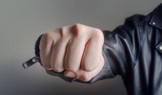 Wegen dem Mord an seiner Schwester wurde ein Jugendlicher zu 40 Jahren Haft verurteilt (Symbolbild). (Foto)