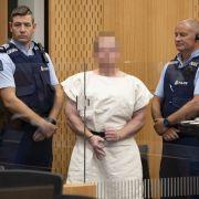 Zu dem Gerichtstermin wurde der Täter in Handschellen und weißer Häftlingskleidung vorgeführt.