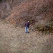 Bei Instagram und Facebook bittet eine ältere Schwester von Rebecca seit dem Verschwinden um Hilfe. Unter ihrer Führung zogen etwa 50 überwiegend junge Menschen durch den Park Rudower Höhe im Süden des Bezirks Neukölln.