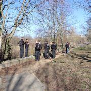 Die Polizei sucht in einem Parkgebiet nach der vermissten 15-Jährigen.