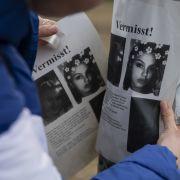 Mit Flugblättern machen sich knapp 15 Personen zwei Wochen nach ihrem Verschwinden auf die Suche nach Rebecca.
