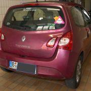 Die Polizei veröffentlicht Fotos von einem Renault Twingo sowie einer Decke und erhofft sich Hinweise von Zeugen zum Verbleib von Rebecca.