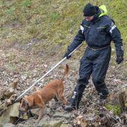 Am Ufer des Storkower Kanals nahe dem Wolziger See im Landkreis Dahme-Spreewald suchen Polizisten mit Leichenspürhunden nach der Vermissten.