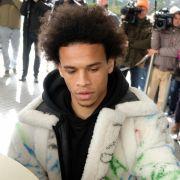 Mit dieser Jacke sorgte LeroySané bei seiner Ankunft in Wolfsburg für Gesprächsstoff.