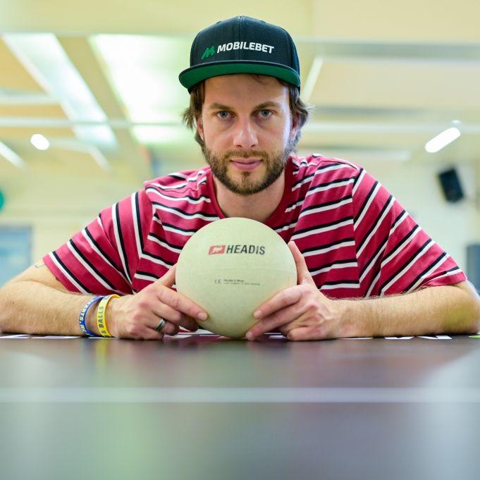 So funktioniert die kultige Sportart Kopfballtischtennis (Foto)
