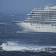 Das Kreuzfahrtschiff «Viking Sky» driftet in Richtung Land. Das Kreuzfahrtschiff mit 1300 Passagieren an Bord ist vor der norwegischen Küste in Seenot geraten und hat ein Notsignal gesendet.