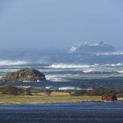 Das Schiff habe ein Motorproblem, weshalb es evakuiert werden müsse, teilte die Polizei mit.